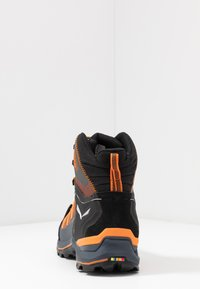 Salewa - MTN TRAINER LITE MID GTX - Hikingschuh - black out/carrot - 3