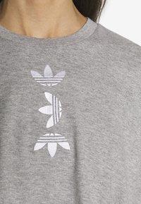 adidas Originals - LOGO TEE - Print T-shirt - grey/white - 3