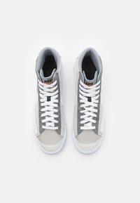 Nike Sportswear - BLAZER MID '77 PATCH - Sneakers hoog - smoke grey/white/particle grey - 3