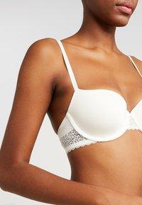 Calvin Klein Underwear - FLIRTY LINED BALCON - Kaarituelliset rintaliivit - ivory - 5