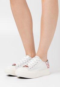 Guess - NIKOLA - Sneakers basse - argent - 0