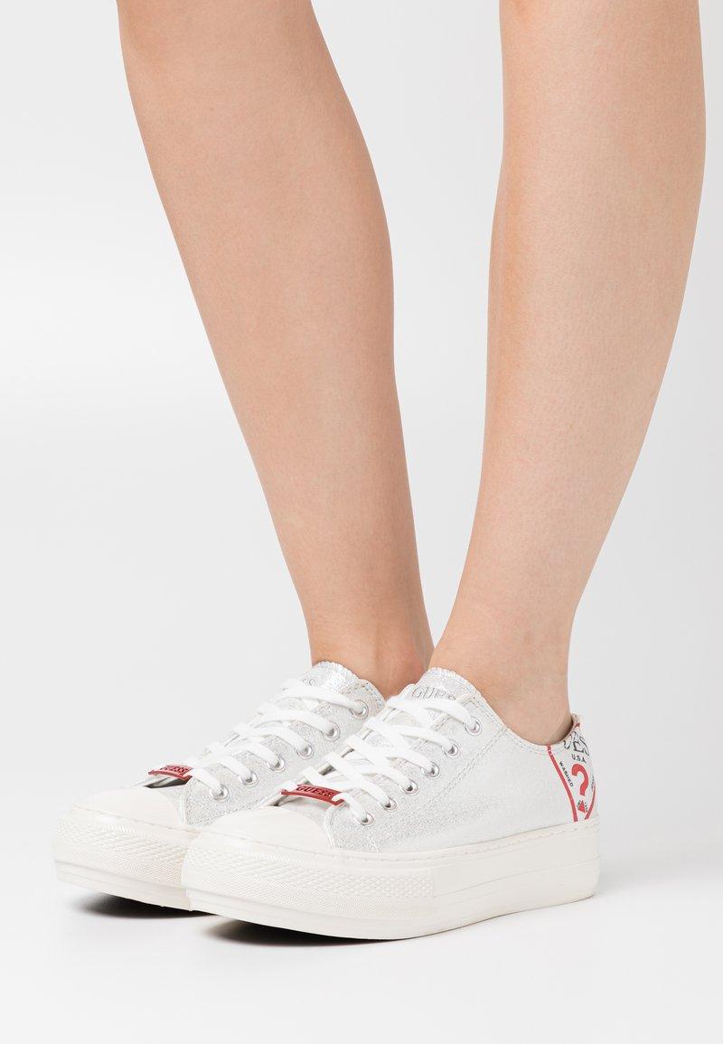 Guess - NIKOLA - Sneakers basse - argent