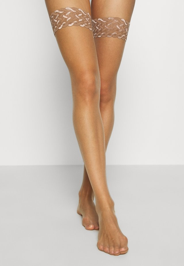 FALKE SHELINA 12 DENIER STAY UPS ULTRA-TRANSPARENT GLÄNZEND TAN - Overkneestrumpor - tan