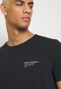 Makia - CAUGHT - Printtipaita - black - 4