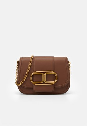 MED SADDLE LOGO CROSSBODY WITH CHAIN - Taška s příčným popruhem - cioccolato