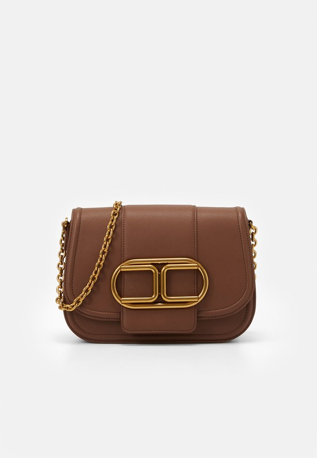 MED SADDLE LOGO CROSSBODY WITH CHAIN - Olkalaukku - cioccolato