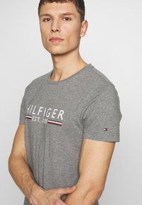 Tommy Hilfiger - TEE - T-shirt imprimé - grey - 4