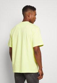 Karl Kani - SMALL SIGNATURE TEE  - T-shirt basic - yellow - 2
