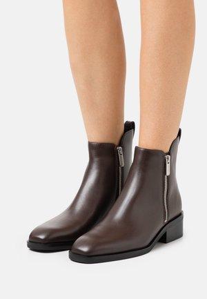 ALEXA BOOT - Kotníkové boty - chocolate