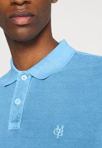 Marc O'Polo - SHORT SLEEVE BUTTON PLACKET COLLAR AND CUFF - Polo shirt - azure blue - 4