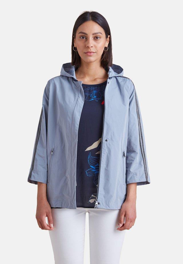 MIT BORDÜREN AN DEN ÄRMELN - Summer jacket - light blue