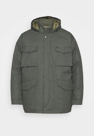 FIELD JACKET - Płaszcz zimowy - serpico green