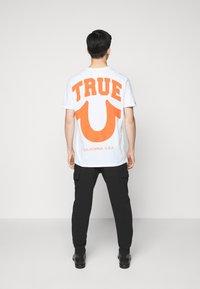 True Religion - CREW ALLOVER LOGO  - Camiseta estampada - white - 2