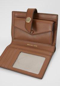 MICHAEL Michael Kors - CHARM WALLET - Peněženka - luggage - 4
