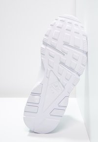 Nike Sportswear - HUARACHE  - Sneakers laag - white - 4