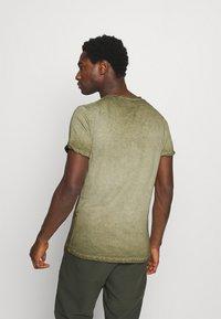 Key Largo - OUTCOME BUTTON - Print T-shirt - military green - 2