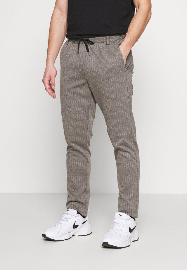 BUDDY PANTS - Spodnie materiałowe - grey