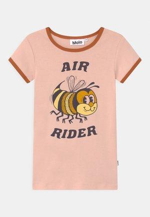 RHIANNON - T-shirt z nadrukiem - light pink