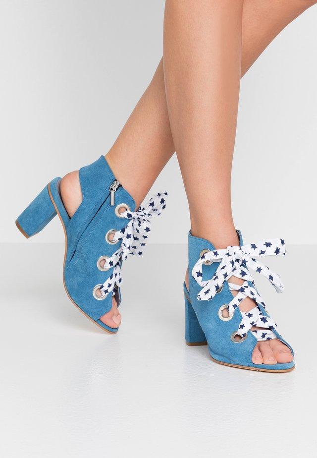SALEMME  - Korolliset sandaalit - lavanda