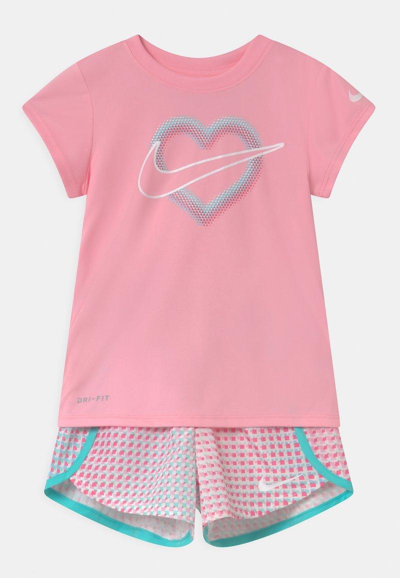 Nike Sportswear - PIXEL POP SRINTER SET - Print T-shirt - pink/white