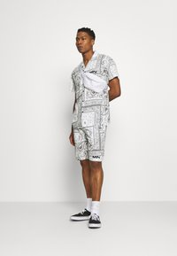 Mennace - BANDANA PRINT PULL ON - Shorts - white - 1