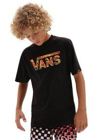Vans - BY VANS CLASSIC LOGO FILL BOYS - T-shirt print - black/flame camo - 0