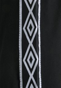 Umbro - ACTIVE STYLE TAPED TEE - Print T-shirt - black/white - 2