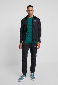 adidas Originals - ADICOLOR 3 STRIPES TEE - Print T-shirt - collegiate green - 1