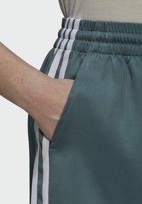 adidas Originals - SATIN SHORTS ADICOLOR ORIGINALS LOOSE - Shorts - hazy emerald - 3