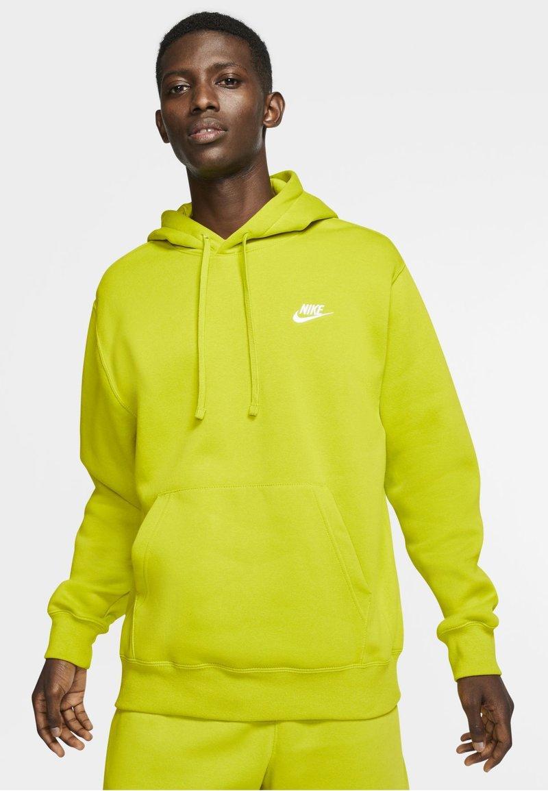 Nike Sportswear - CLUB HOODIE - Luvtröja - bright cactus/bright cactus/white