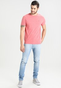 Tommy Jeans - SLIM TAPERED STEVE BELB - Jean slim - berry light blue - 1