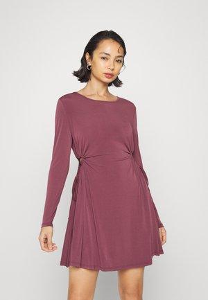 CUT OUT SIDE MINI DRESS - Jerseyklänning - plum