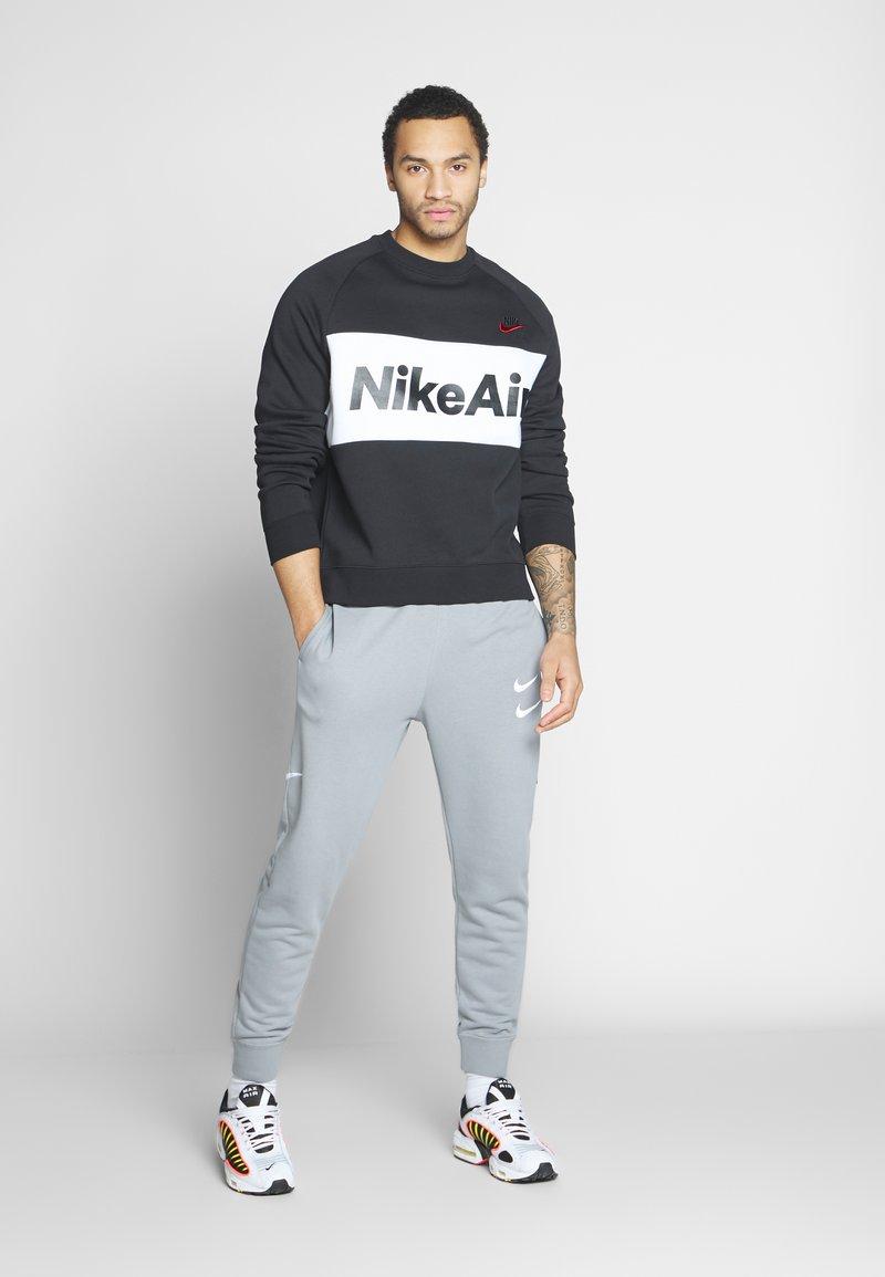 Nike Sportswear AIR - Sweatshirt - black/white/university red/schwarz u7F6x3