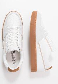 Versace Jeans Couture - FONDO CASSETTA - Zapatillas - bianco ottico - 1