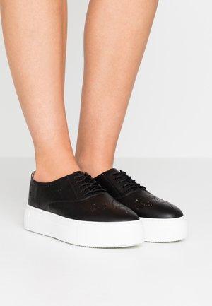 Sznurowane obuwie sportowe - tango nero