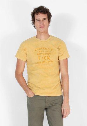 FLOW TEE - Print T-shirt - mustard