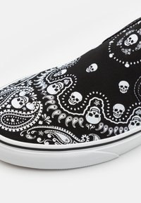 Vans - CLASSIC SLIP-ON - Slip-ons - black/true white - 5