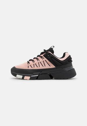 LOW CUT SHOE LANDER - Chaussures de running neutres - pink/grey/new black