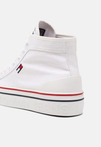 Tommy Jeans - MID FLATFORM VULC - Sneakers alte - white - 5
