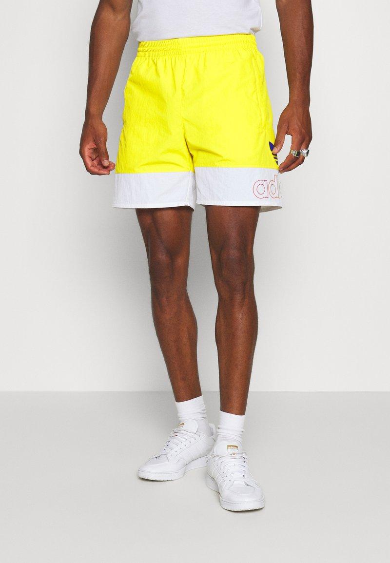 adidas Originals - FREESTYLE  - Shorts - yellow/white