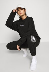 Missguided Petite - GRAPHIC - Tracksuit bottoms - black - 3