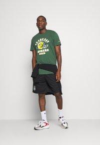 New Era - NFL GREEN BAY PACKERS HELMET AND WORDMARK TEE - Klubové oblečení - green - 1