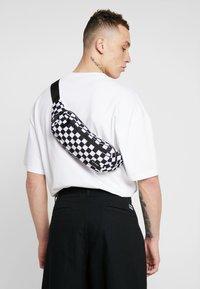 Spiral Bags - CROSSBODY - Ledvinka - black/white - 1