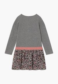 happy girls - Žerzejové šaty - grau - 1