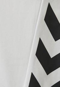 Hummel - 2 PIECE SET - Sports shorts - white - 6