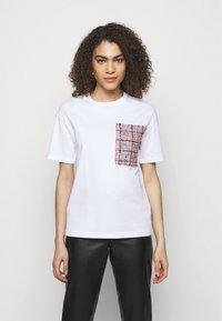 KARL LAGERFELD - BOUCLE POCKE - T-shirt imprimé - white - 0
