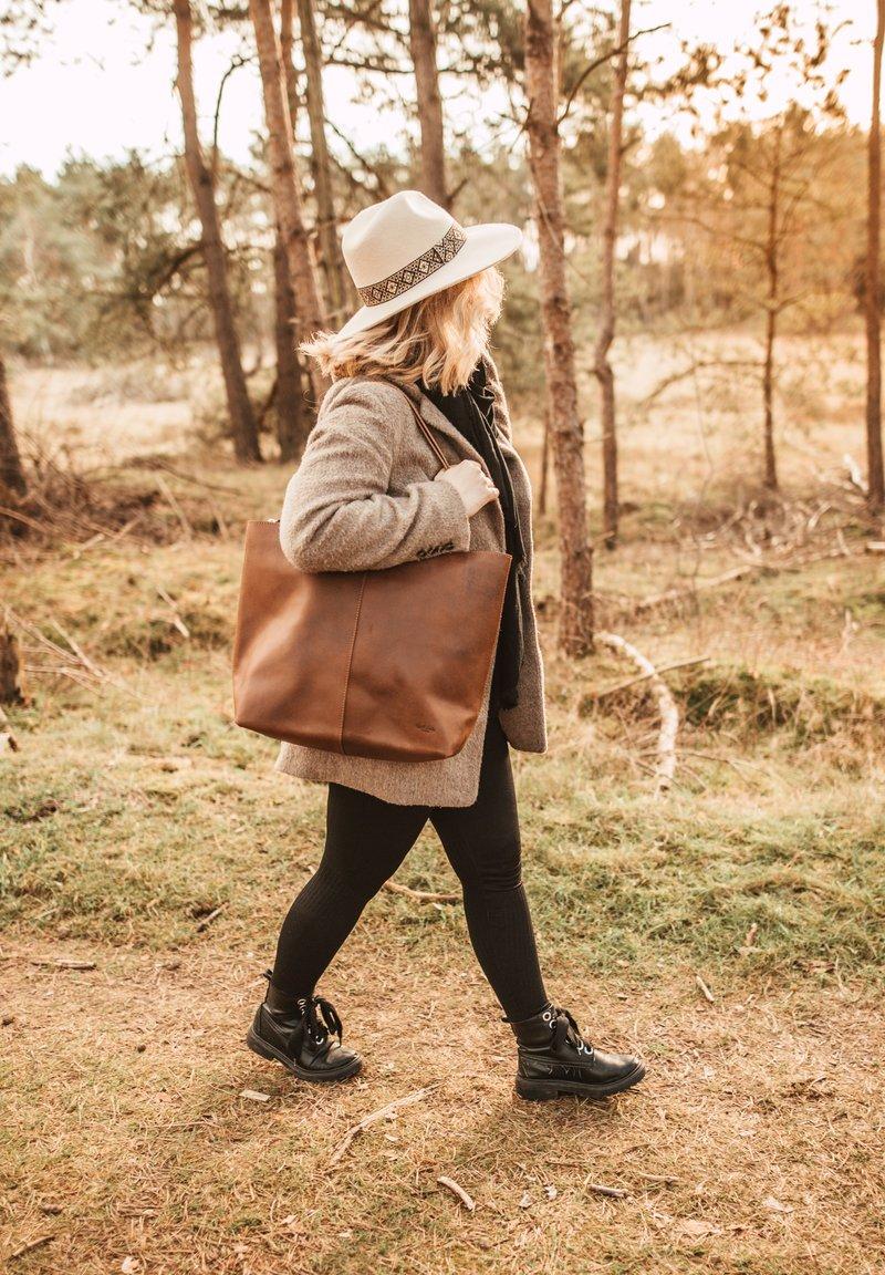 Gusti Leder - Tote bag - brown