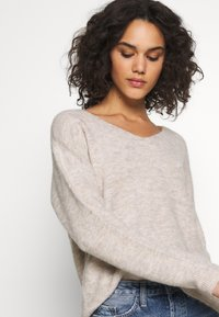 Vero Moda - VMCREWLEFILE V NECK - Sweter - birch - 4
