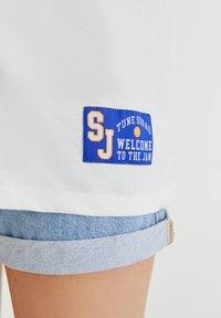 PULL&BEAR - SPACE JAM - Print T-shirt - off-white - 3
