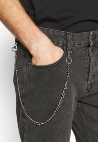 Only & Sons - ONSAVI BEAM WASH WITH CHAIN - Jeans Tapered Fit - black denim - 4